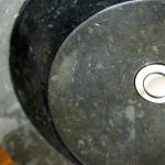 Kamenná umyvadla spojují design, výdrž a luxus dohromady. Proč ho koupit?