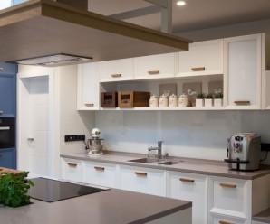 Kuchyně na míru Brno – Pracovní deska musí být prostorná a nejen to! Zjistěte, co vše musí zakázková výroba splňovat!