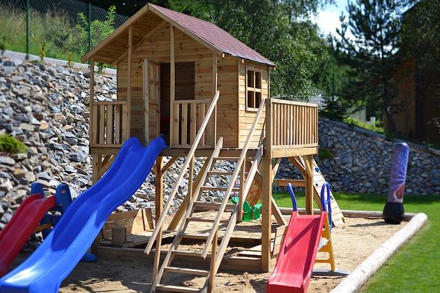 Děti se nejlépe vyřádí na hřišti na vlastní zahradě